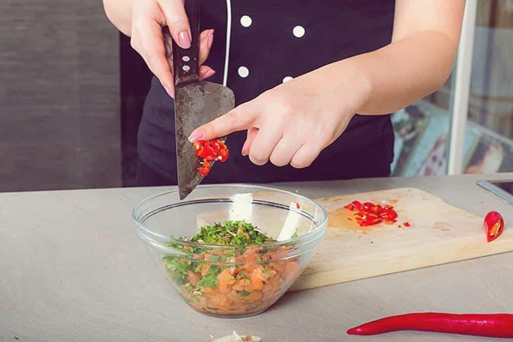 miomente partner food atlas hannover geschnittene tomaten gewuerze messer finger miomente. Black Bedroom Furniture Sets. Home Design Ideas