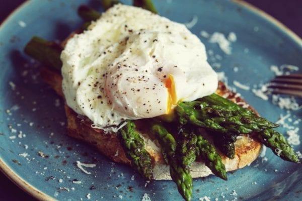 Ei-Special grüner Spargel mit pochiertem Ei auf Toast - Entdeckermagazin - Miomente
