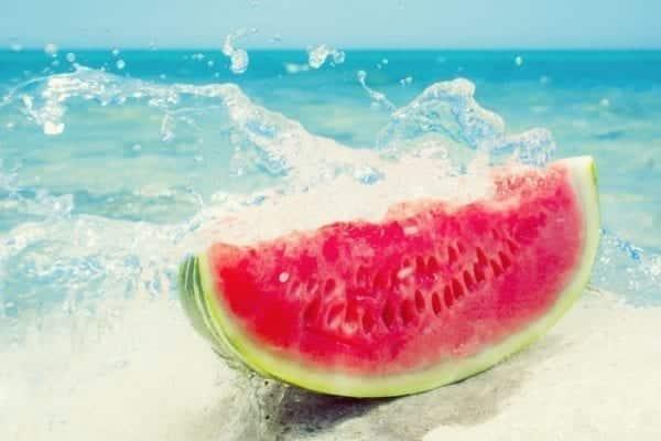 Sommerliebe Melone und Feta - Wassermelone im Meer - Entdeckermagazin - Miomente