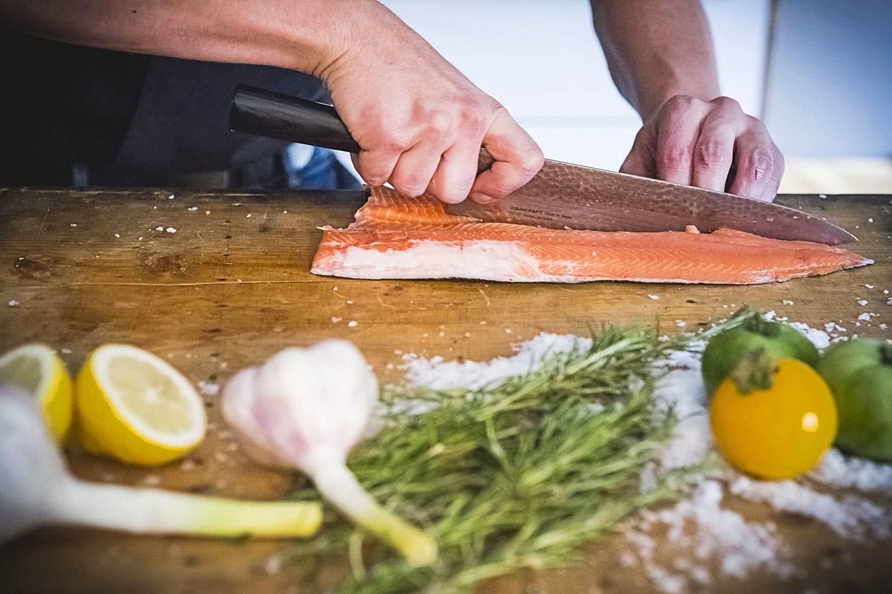 Fisch filetieren - Schnitt an der Längskante - Fisch filetieren - Schnitt am Rücken - Entdeckermagazin Miomente