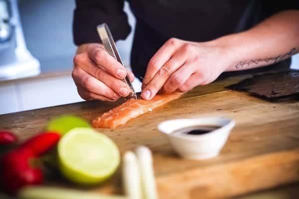 Gräten zupfen - Fisch filetieren - Schnitt am Rücken - Entdeckermagazin Miomente