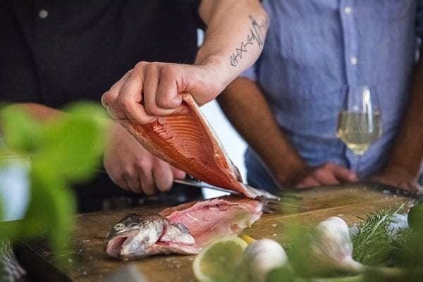 Frisch ausgelöstes Fischfilet - letzter Schnitt - Fisch filetieren - Schnitt am Rücken - Entdeckermagazin Miomente