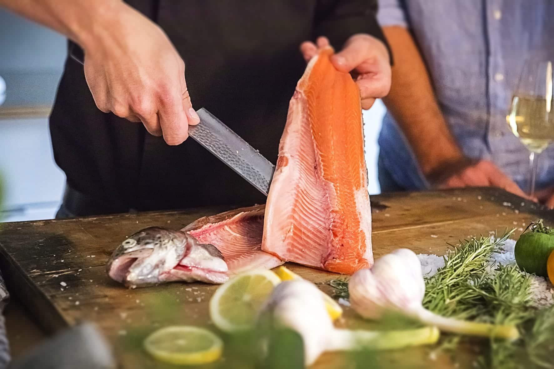 Frisch ausgelöstes Fischfilet - Fisch filetieren - Schnitt am Rücken - Entdeckermagazin Miomente