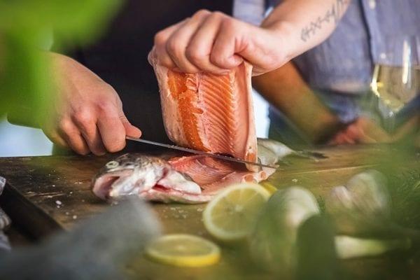 Fisch filetieren - Blick ins Fischinnere - Fisch filetieren - Schnitt am Rücken - Entdeckermagazin Miomente