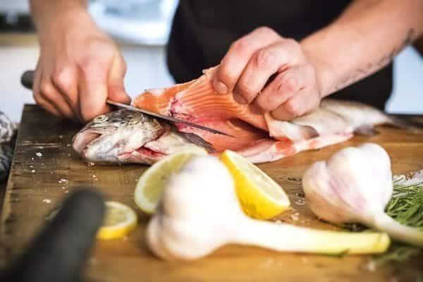 Fisch filetieren - Querschnitt an Kopf und Brustflosse - Fisch filetieren - Schnitt am Rücken - Entdeckermagazin Miomente