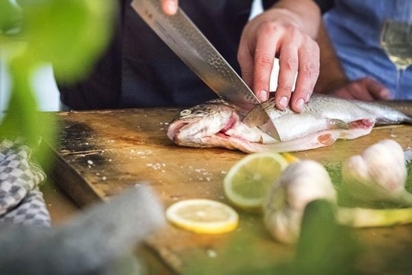 Fisch filetieren - Querschnitt an Kopf und Brustflosse Fisch filetieren - Schnitt am Rücken - Entdeckermagazin Miomente