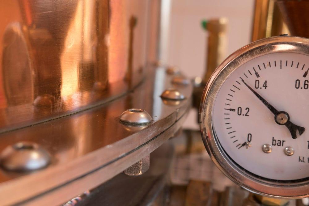Gin wird zweifach destilliert - bei der zweiten Destillation werden die Botanicals hinzugefügt