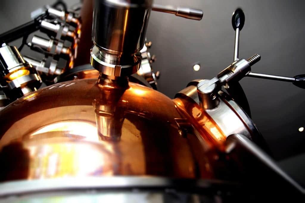 Bei der Destillation entstehen Wasser und Gase