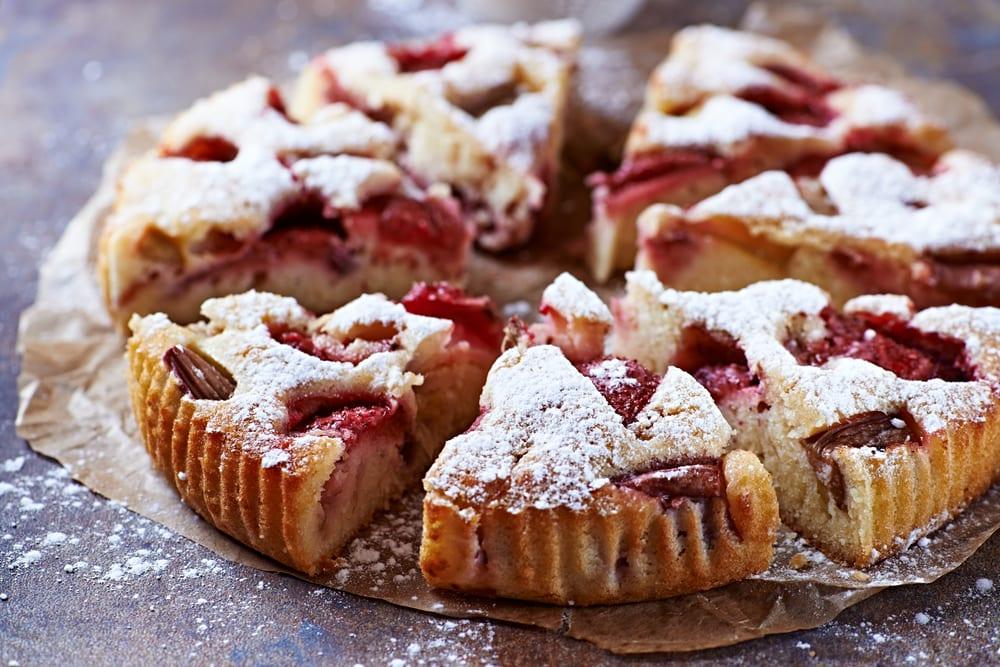 Rhabarberkuchen mit Erdbeeren