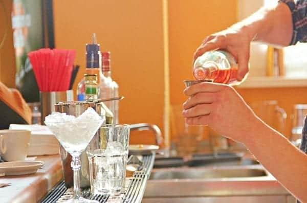 Cocktail mixen in der bar academy