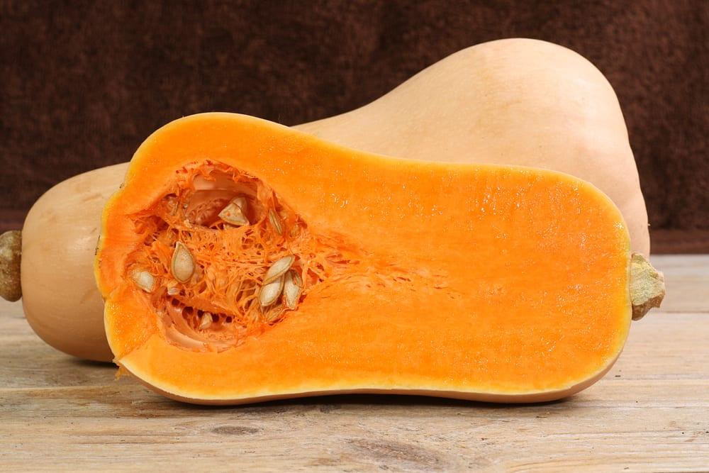 Der Butternusskürbis hat ein tolles orangefarbenes Fruchtfleisch und wenig Kerne.