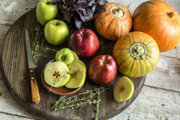 Äpfel, Kürbis und Thymian für die Kürbis-Galette.