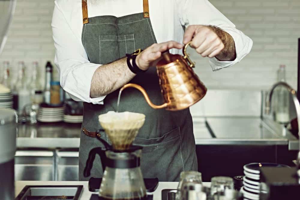 das perfekte Equipment zum Kaffee Aufbrühen: eine Gooseneck Kanne.