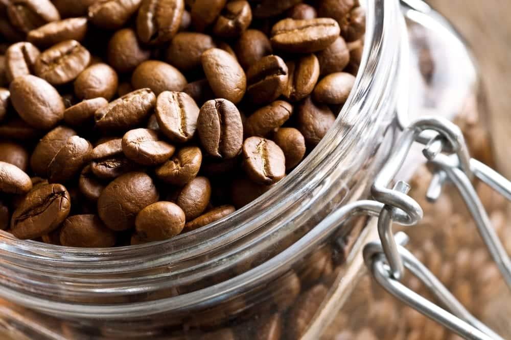 Kaffeebohnen halten sich in einfachen Weckgläsern länger frisch.