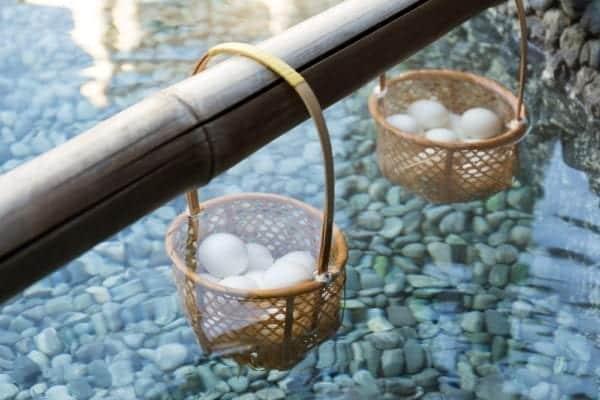 Onsen-Eier werden traditionell in heißen Quellen zubereitet