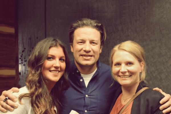 Nora Unterbruner, Jamie Oliver und Daphne Rohling beim Interview fürs Entdeckermagazin Miomente