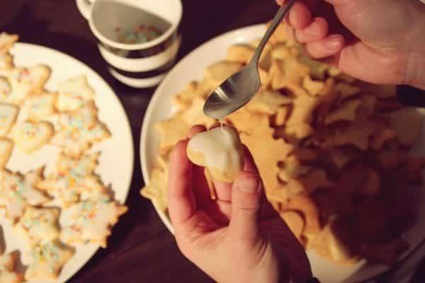 Miomente Weihnachtsrezept für Butterplätzchen: Fertige Plätzchen mit Streusel und Glasur