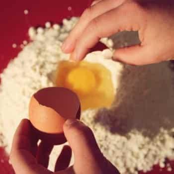 Miomente Weihnachtsrezept: Eier in Mehl schlagen