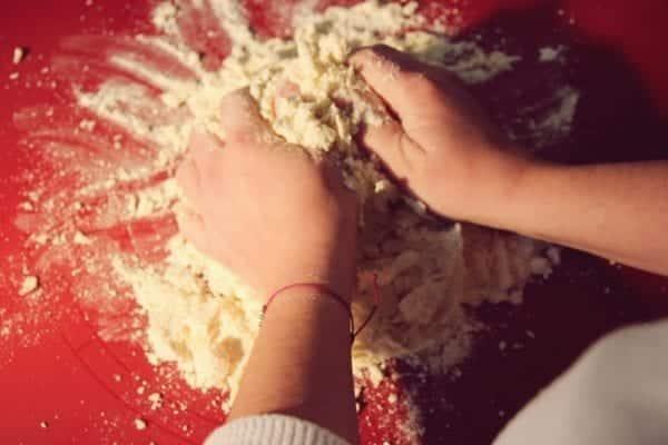Miomente Weihnachtsrezept für Engelsaugen: Teig kneten