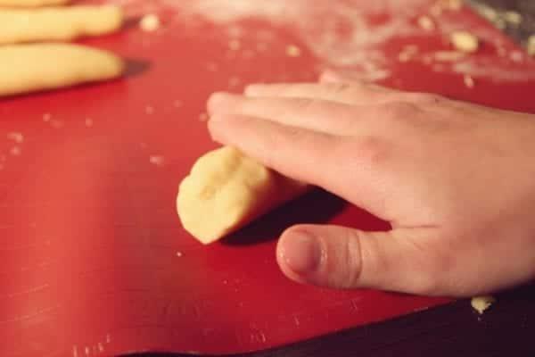 Miomente Weihnachtsrezept für Engelsaugen: Teig rollen