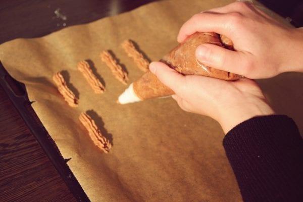 Miomente Weihnachtsrezepte für Schokostangen: Teig mit Spritzbeutel auf Blech spritzen