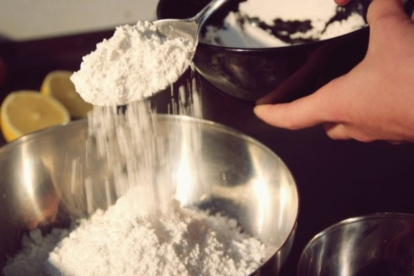 Miomente Weihnachtsrezepte für Cookies: Mehl in Schüssel füllen