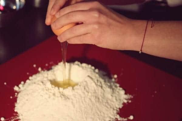 Miomente Weihnachtsrezepte für Cookies: Eier in Mehlgrube schlagen