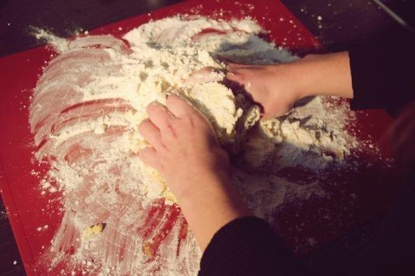 Miomente Weihnachtsrezepte für Cookies: Zutaten per Hand verkneten