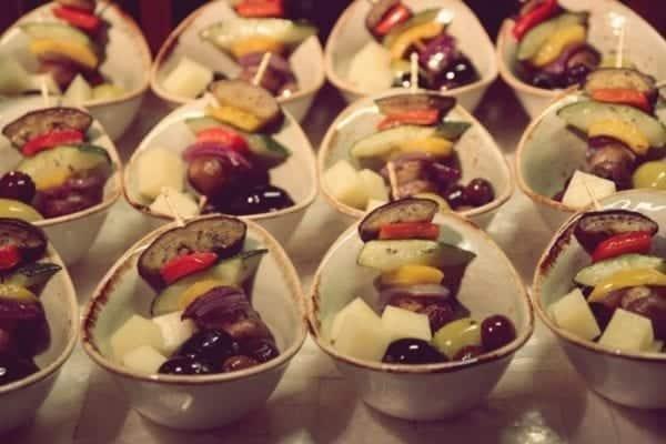 Entdeckermagazin kostet beim Meet & Greet mit Jamie Oliver süße Desserts