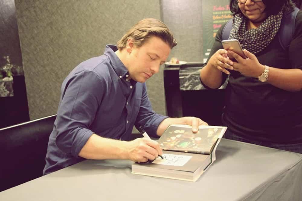 Jamie Oliver signiert sein Weihnachtskochbuch beim Interview mit dem Entdeckermagazin Miomente