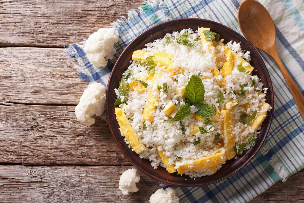 Paleo-Rezepte: Blumenkohlreis mit gebackenen Eiern und Kräutern