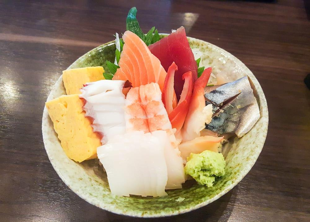 Chirashi-Sushi - Fisch auf Reis in Schüssel