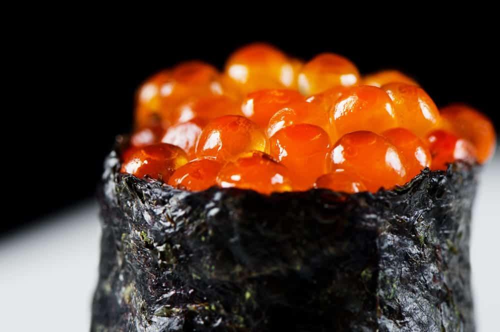 Gunkan-Sushi mit Kaviar in Noriblatt auf Reis