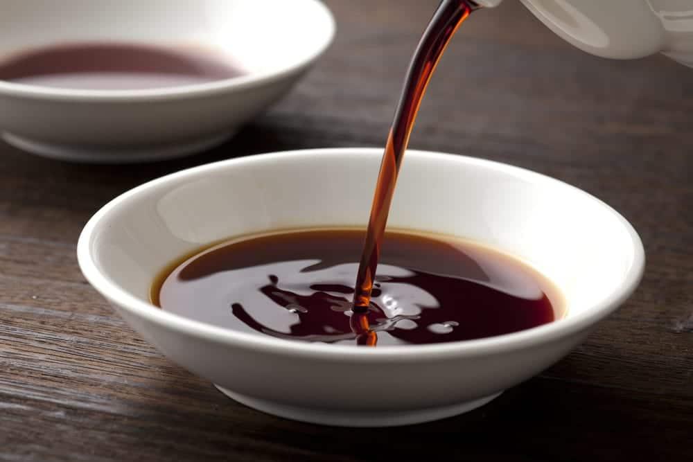 Japanische Sojasauce - fermentiert aus Sojabohnen, Getreide und Salz