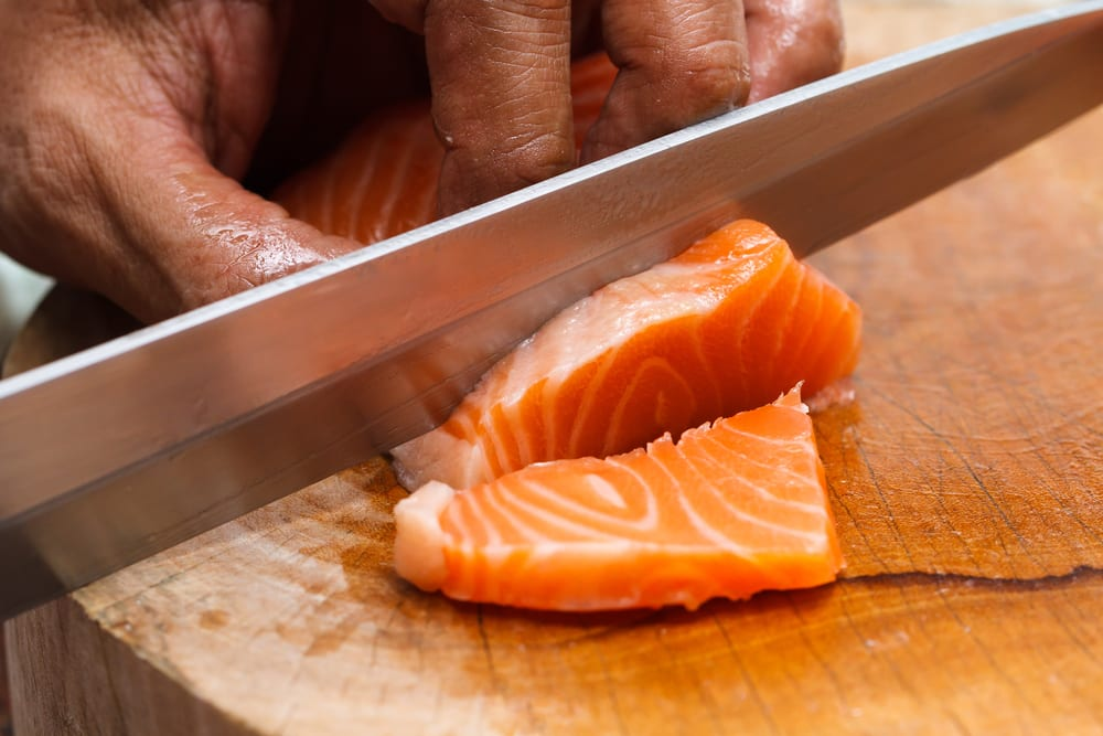 Lachs für Sushi quer zur Maserung schneiden