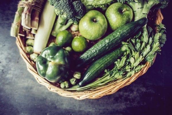 Vier Zutaten für den perfekten grünen Smoothie: grüne Zutaten im Korb