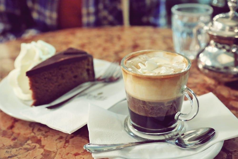 Im Wiener Kaffeehaus - Österreichische Kaffeespezialitäten: Kapuziner mit Schlagsahne