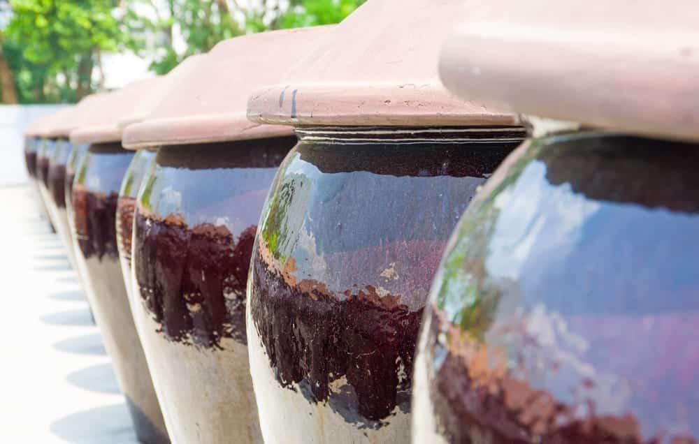 Hochwertige Sojasauce wird in Fässern ohne künstliche Zusatzstoffe fermentiert