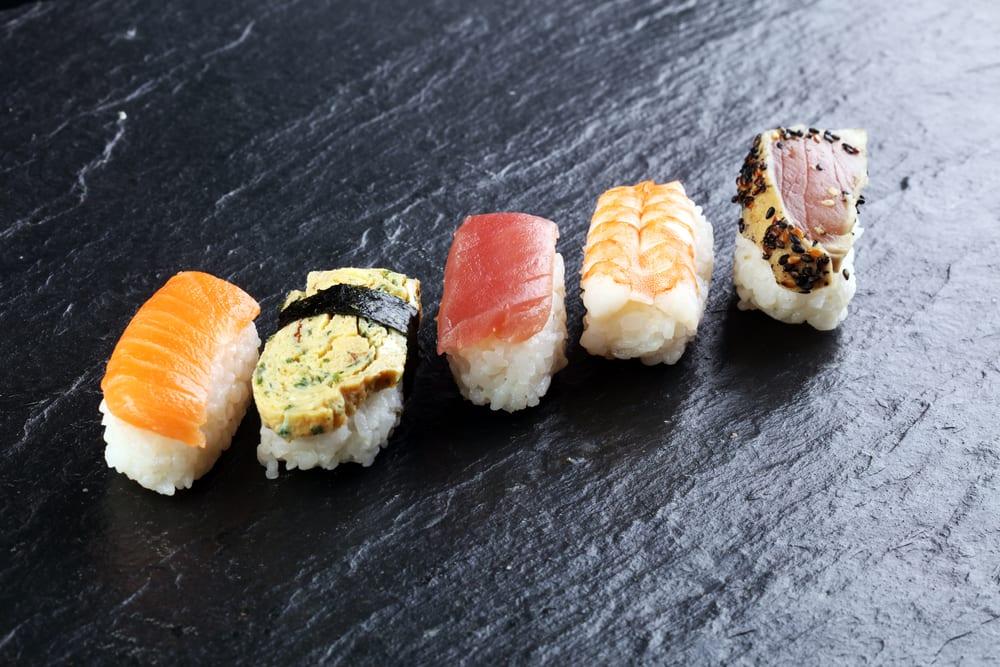 Nigiri-Sushi - Sushi ohne Noriblatt auf Reis - Sushi-Sorten