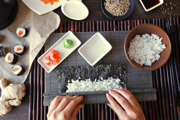 Sushi selber rollen - Noriblatt mit Reis