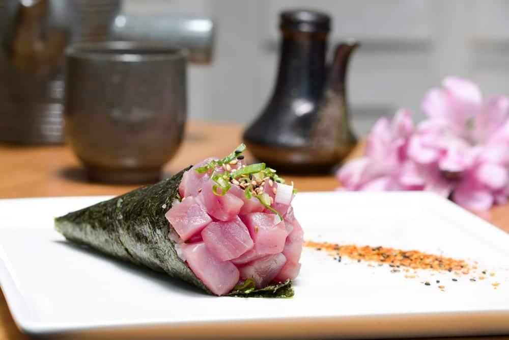 Temaki-Sushi - Nori gefüllt mit Fisch und Gemüse