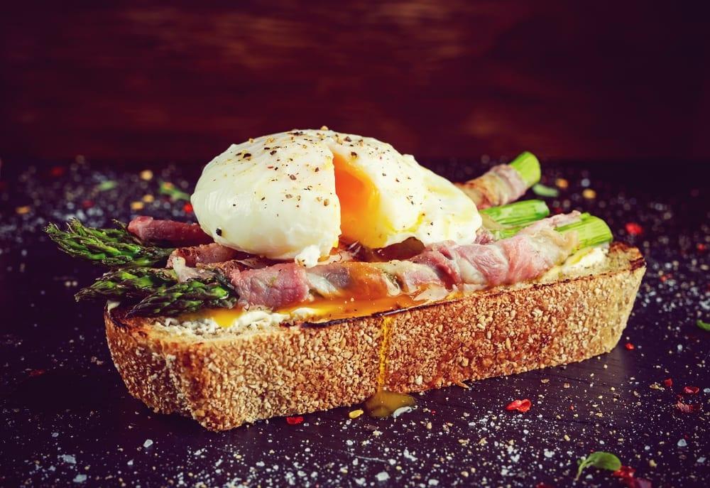 Spargel-Rezepet: Grüner Spargel in Serrano-Schinken auf Brot mit Ei - Entdeckermagazin - Miomente