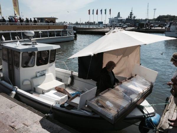 Kulinarischer Geheimtipp Helsinki - Fischkutter am Hafen - Entdeckermagazin Miomente