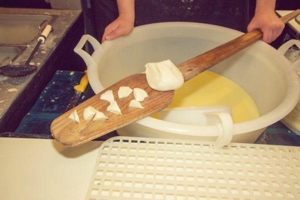 Trendkäse Burrata - handgemachte Herstellung in Apulien - Entdeckermagazin Miomente