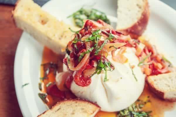 Trendkäse Burrata mit Tomaten und Brot - Entdeckermagazin - Miomente