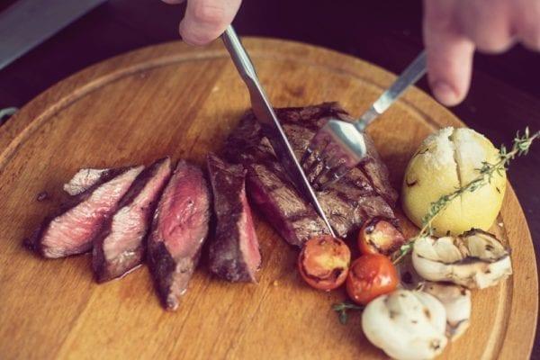 Flank-Steak in feine Streifen schneiden - Entdeckermagazin - Miomente