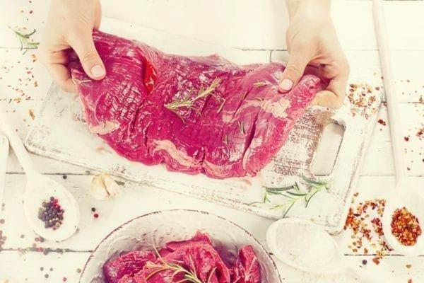 Rohes Flank-Steak würzen - Entdeckermagazin - Miomente
