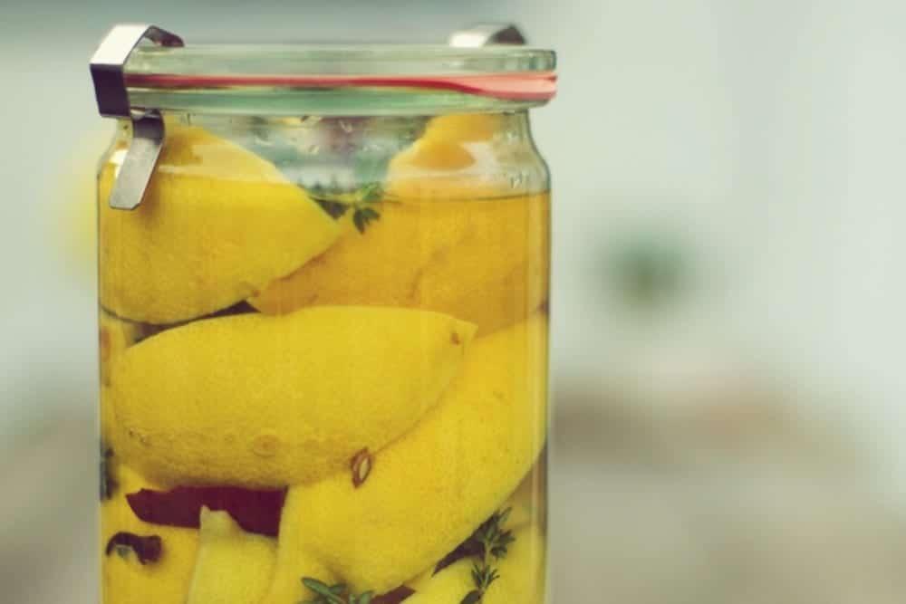 Zitronenscheiben mit Salz - Rezept: Salzzitronen - Entdeckermagazin - Miomente