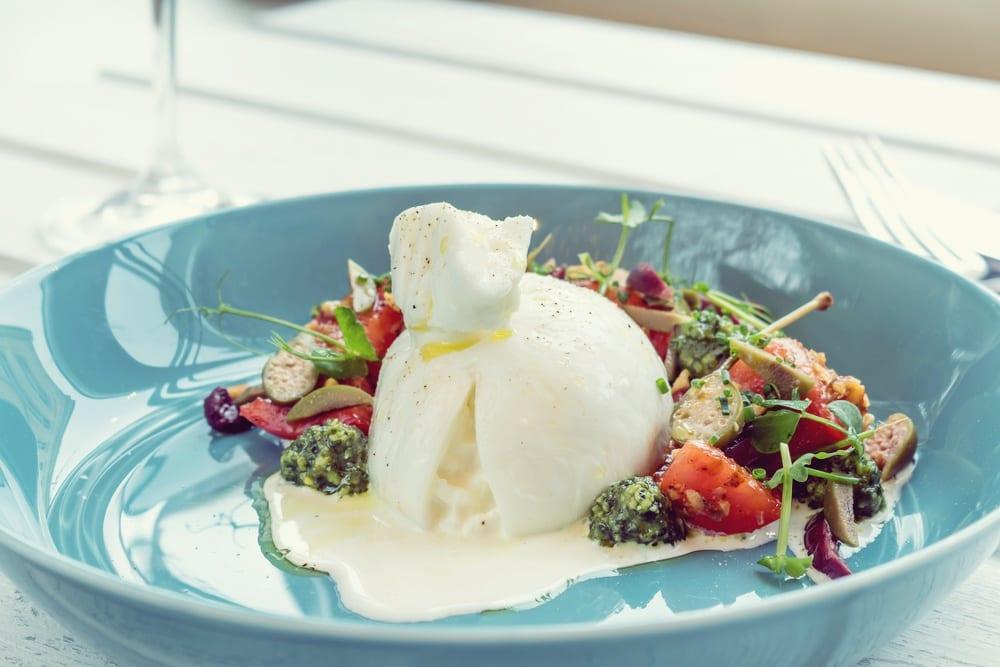 Trendkäse Burrata aus Apulien mit Salat - Entdeckermagazin - Miomente