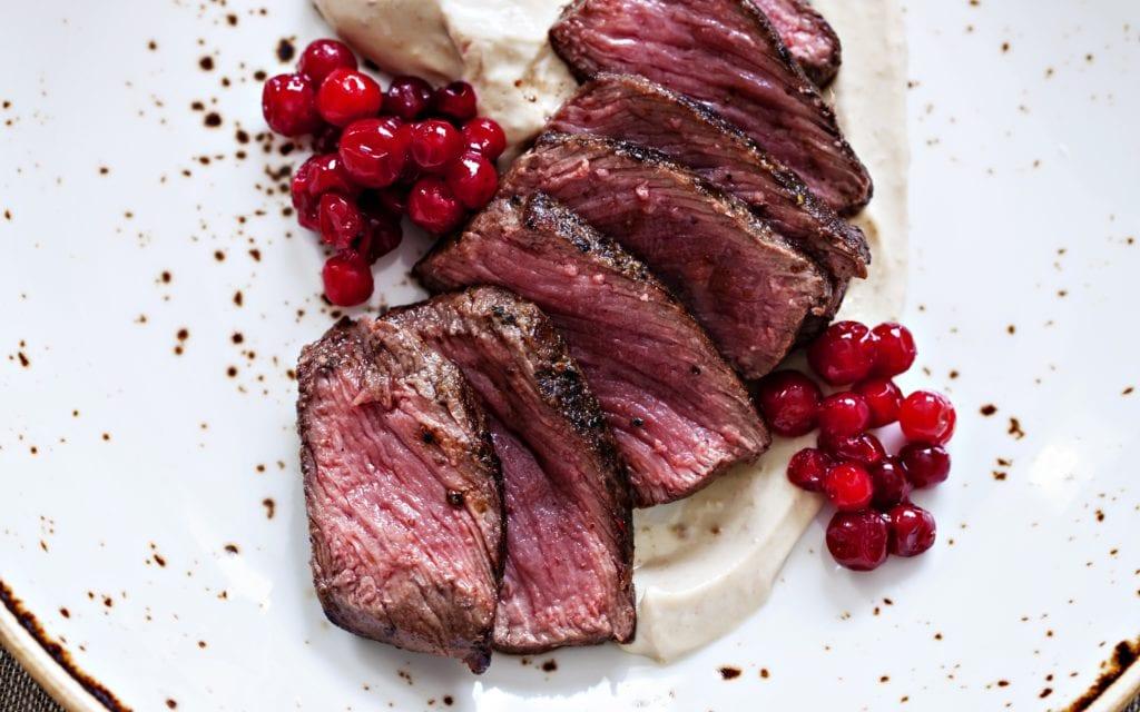 Rezept für ein saftiges rosa Steak mit Maronenpüree und frischen Preiselbeeren im Miomente Entdeckermagazin